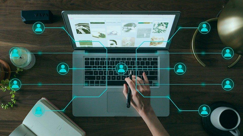 A hashtag mint a közösségi média Ariadné fonala, a digitális birodalom precíz navigátora